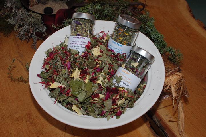 Verschiedene Teesorten aus Kräutern